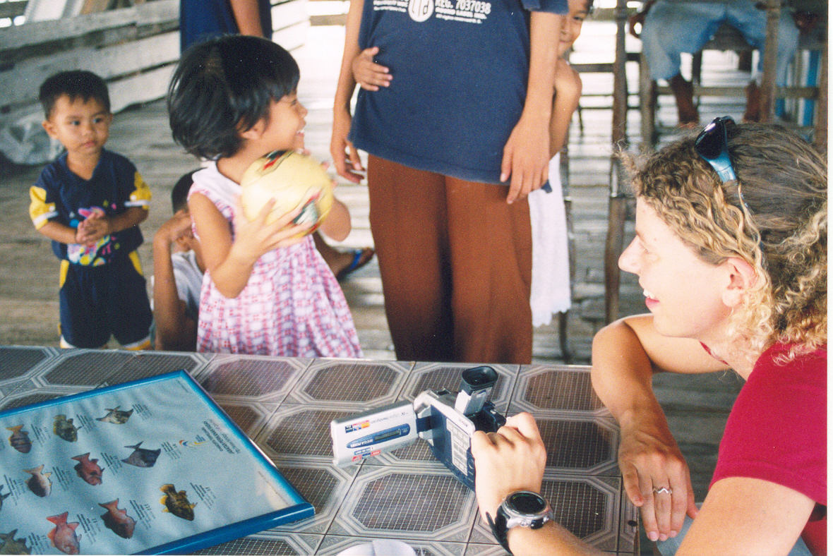 Helen in Sabah with local fisher kids (1)