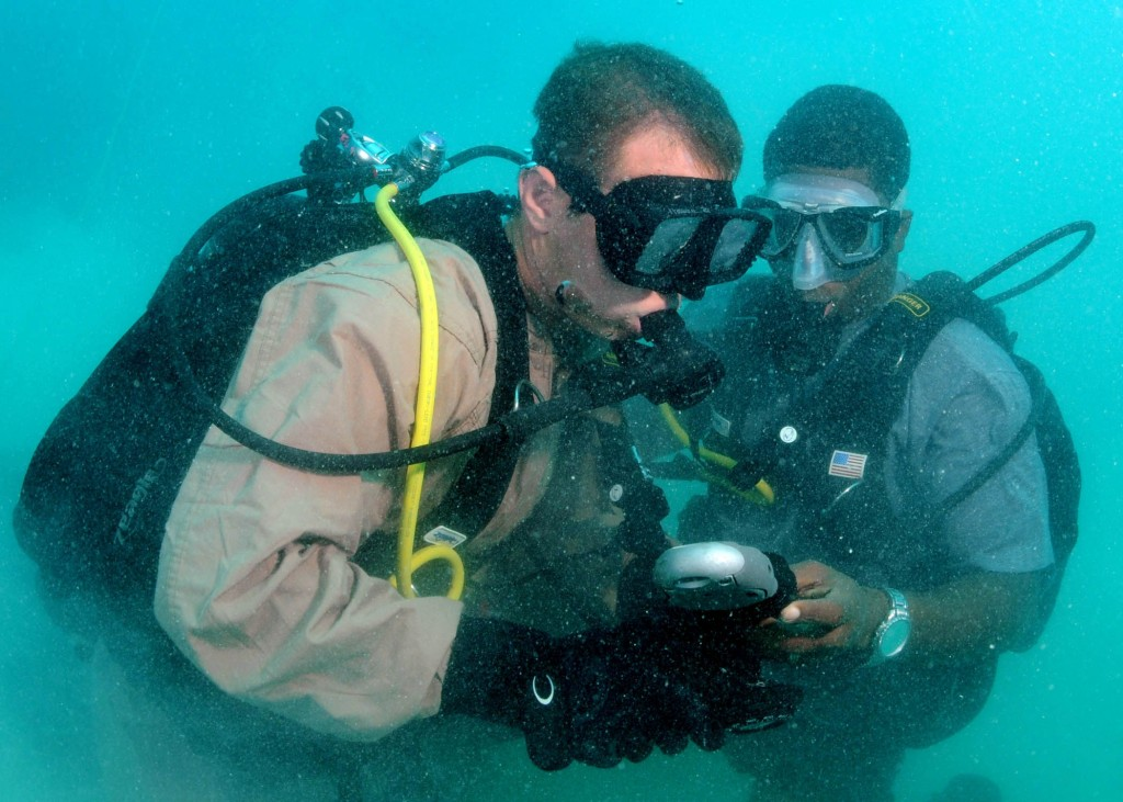 Two buddies checking their gauge together © Wikimedia Commons