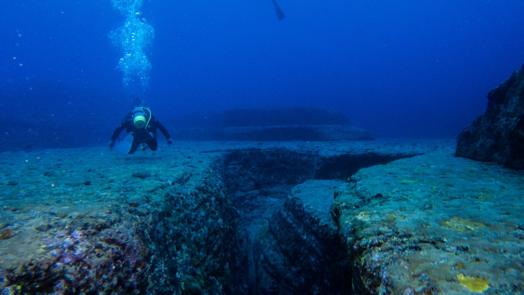 A diver explores the Yonaguni Monument © Wikimedia Commons