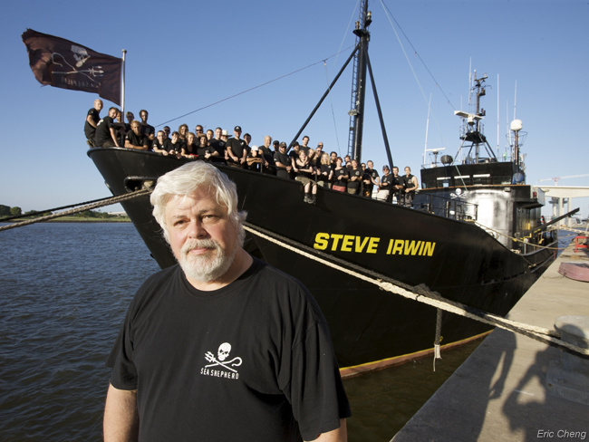 Captain Watson standing in front of Sea Shepherd team and the Steve Irwin vessel. © Wikimedia Commons